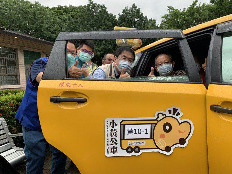 台南市昨天在白河區又增加兩條小黃公車上路,市長黃偉哲(右二)實際前往關心。記者吳淑玲/攝影