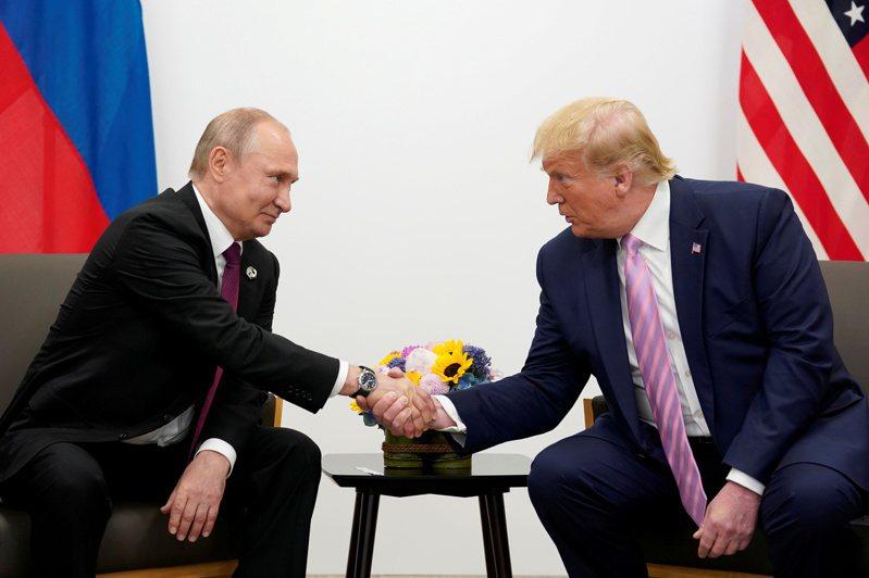 美國總統川普(右)22日宣布退出開放天空條約。左為俄國總統普亭。(路透)