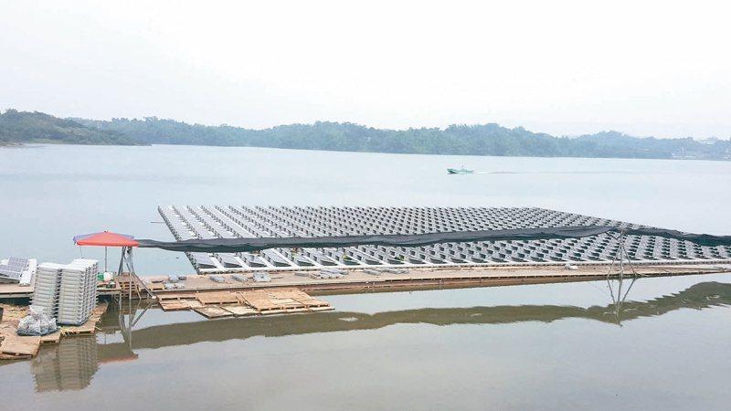 近兩週鋒面接續報到,為台灣帶來豐沛雨量,南部多個水庫挹注解渴,其中阿公店水庫的蓄水率更回到了20%的水準。圖為南部阿公店水庫光電工程施工情況。 本報資料照片