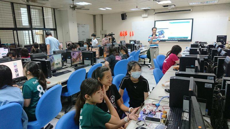 台南女中與高雄女中共學,南女中學生昨天在「記憶的氣味」課程上,教導雄女學生玩氣味電子鼻的感測器。 記者鄭惠仁/攝影