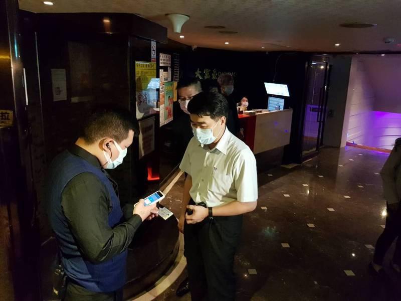 北市前晚稽查復業酒店,當場讓業者測試實名制App。 圖/聯合報系資料照片