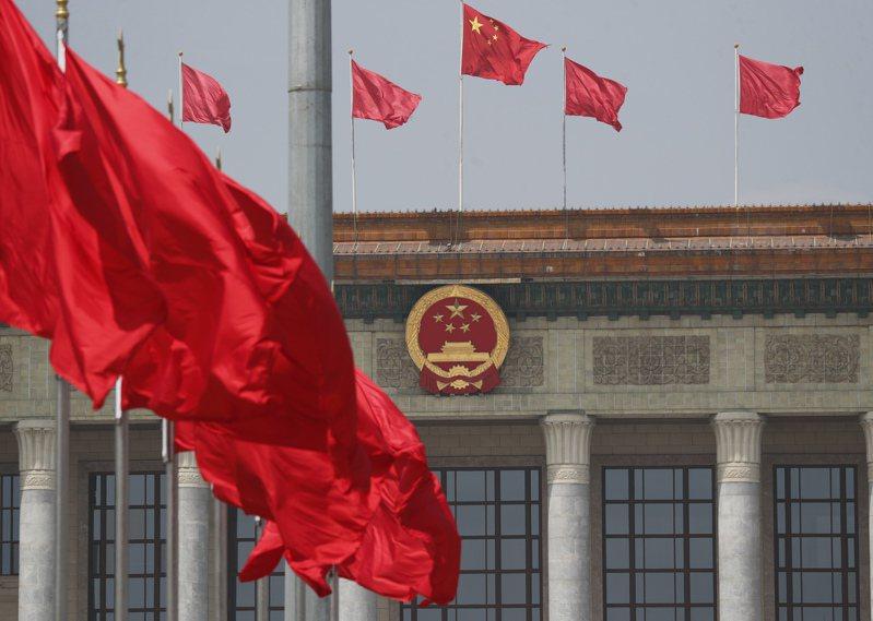 大陸十三屆全國人大三次會議昨天在北京人民大會堂開幕。圖為天安門廣場上紅旗飄揚。(中新社)