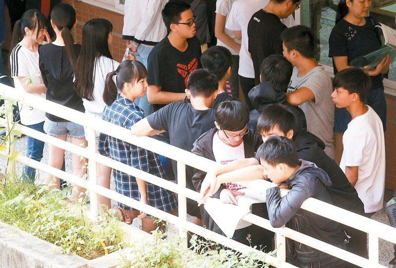教育部長潘文忠今天表示,110學年度高中英聽第二次測驗和學測仍規劃設置海外考場,如因故無法設置,將規劃安排台商子女學校的學生回台參加考試。 本報資料照片