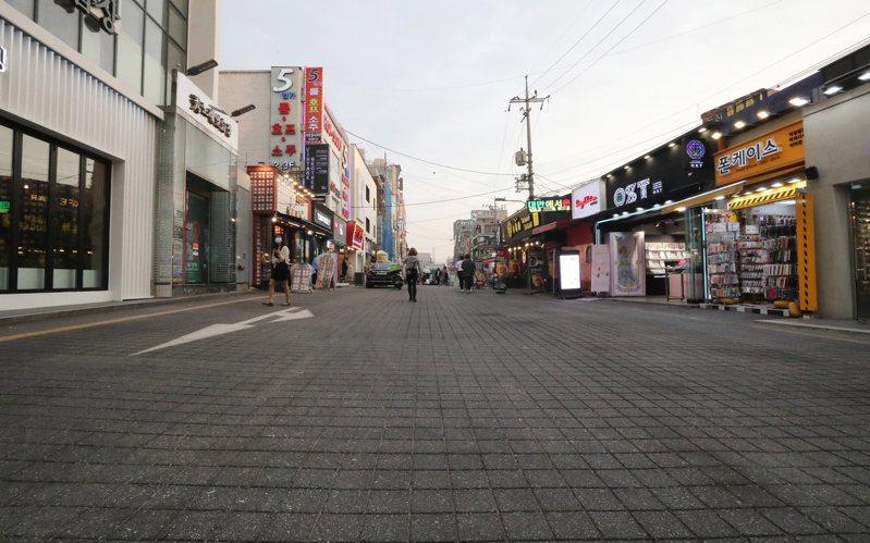 南韓當局加強防堵首爾梨泰院夜店群聚感染疫情擴散之際,南韓疾病管理本部今天通報,境內新增23起新冠肺炎確診病例。圖為首爾弘大的街道。 歐新社