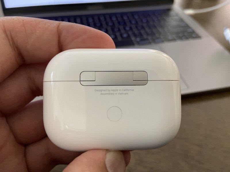 蘋果新的AirPods Pro外殼寫著「在越南組裝」。圖擷自@alixrezax