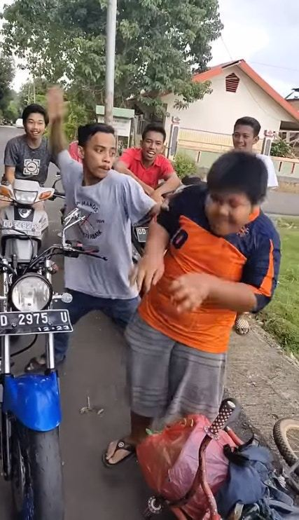 12歲男孩騎單車賣點心貼補家計,卻被一幫惡霸青年欺凌毆打。(Twitter影片截圖)