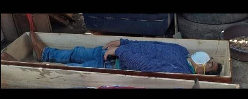 秘魯市長躺進棺材裝死。圖取自每日郵報