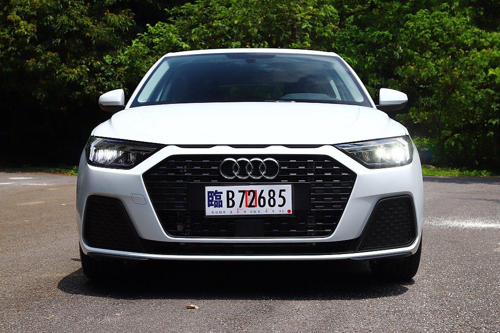 車頭單體式盾形水箱護罩,搭配上方源自拉力賽名駒Audi Sport Quattr...