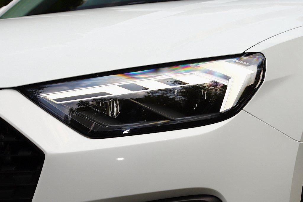 試駕車型選配「極光感應套件」升級LED頭燈組。 記者張振群/攝影