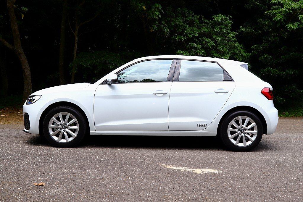 全新第二代Audi A1 Sportback軸距增長到2,563mm,不僅使讓側...