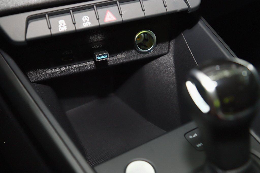 前方置物空間夠大又夠深且能將手機完全平放,但若能提供無線手機充電板(或選配)相信...