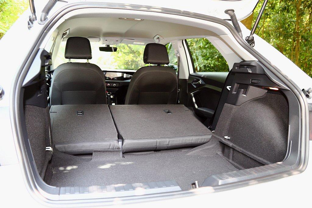 後行李廂空間相比上一代增加65L,將後排椅背全面傾倒後則具備1,090L的容量表...