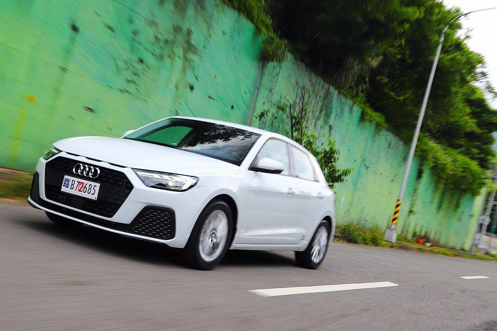 全新第二代Audi A1 Sportback在台灣銷售的三種車型,全數都搭載1....