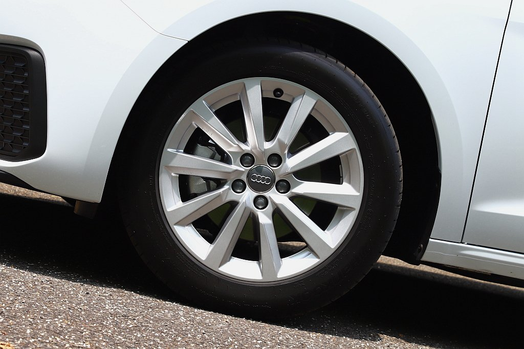 試駕車型輪框升級為16吋且輪胎扁平比達55(尺寸為195/55 R16)。 記者...
