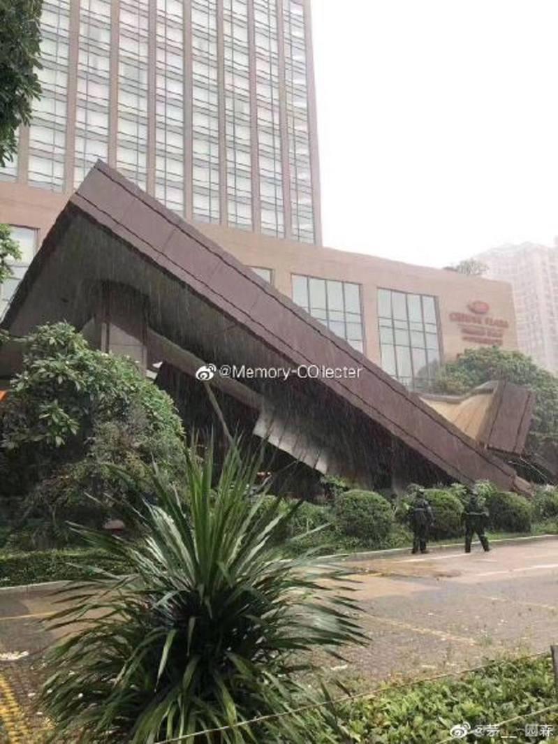 中國廣東省中山皇冠假日酒店出現天花板倒塌事故,場面恐怖。(微博圖片)