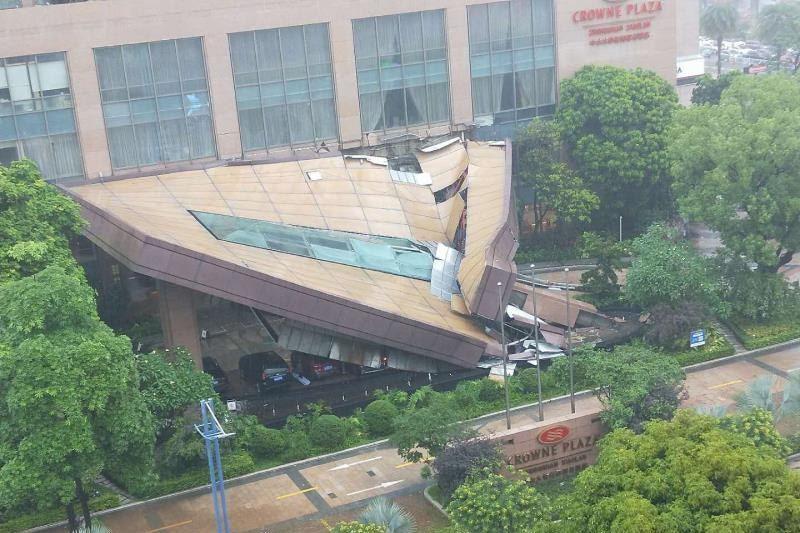 中國廣東酒店正門倒塌傾斜45度 工作人員稱「暴雨所致」