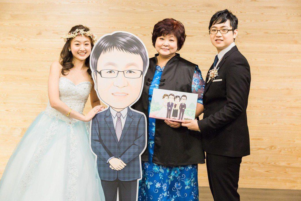 張蓓蓓先生過世隔年女兒結婚,做了Q版人形立牌,全家拍合照,爸爸沒有缺席。圖/張蓓...