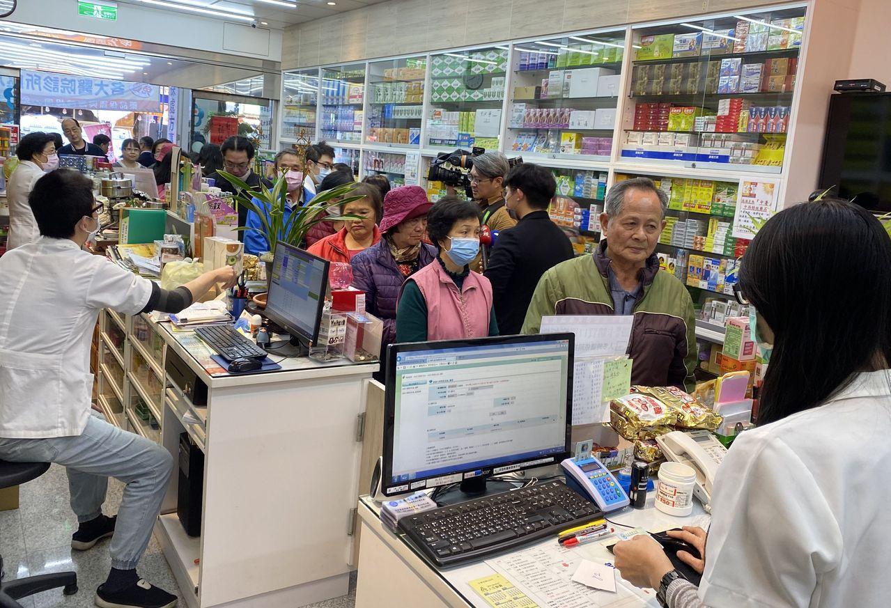 台中市日盛藥局為熱點藥局,剛開始幾乎每天都見大排長龍等買口罩。記者趙容萱/攝影