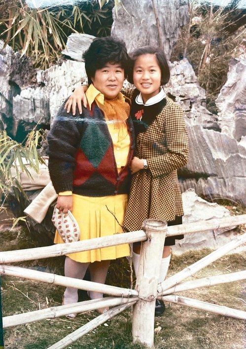 鄭嘉欣(右)有記憶以來,媽媽就是個溫柔的女性。圖/鄭嘉欣提供