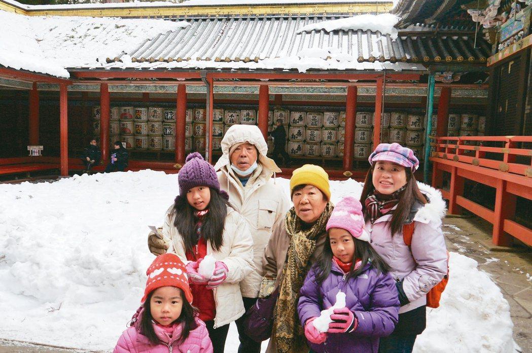 鄭嘉欣(右一)最後一次帶媽媽(右三)出國是105年2月,去日本輕井澤,之後媽媽就...