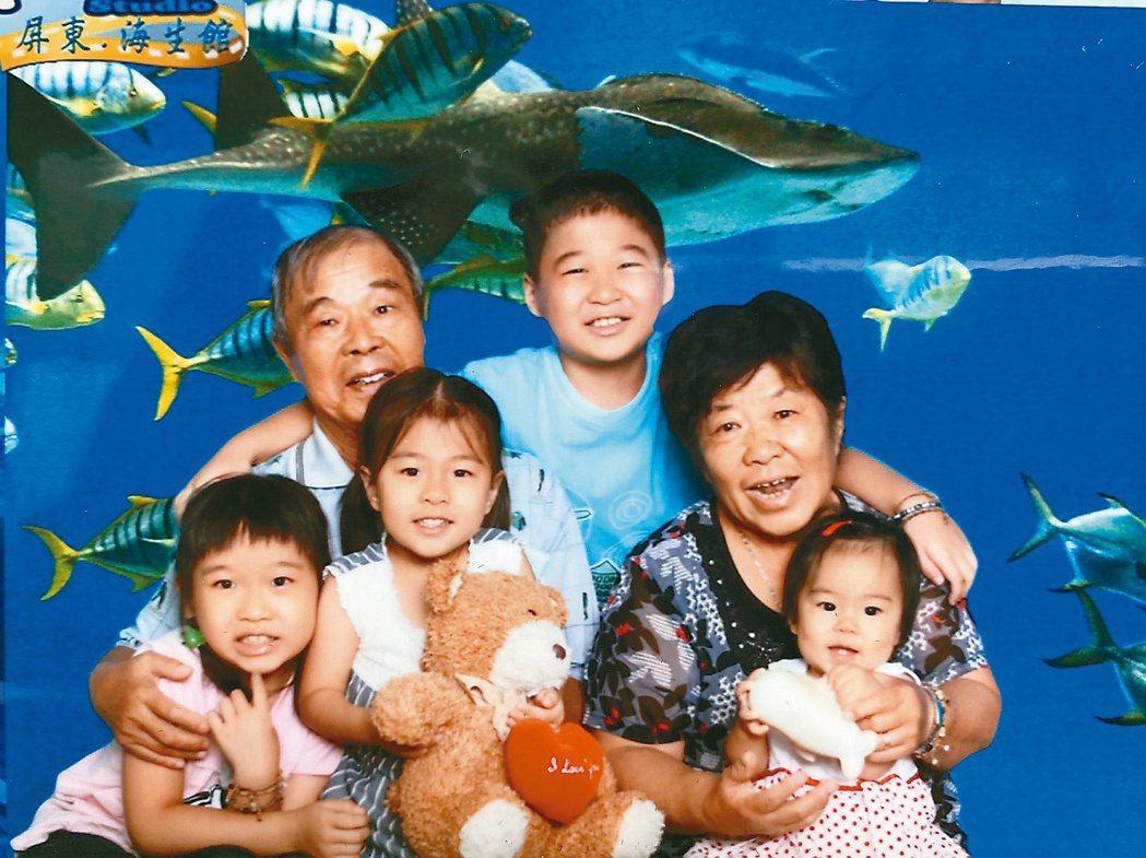 鄭嘉欣與哥哥成家後,4個孫子成為兩老的寶貝。媽媽罹患失智症一事,看在孩子眼中,哥...