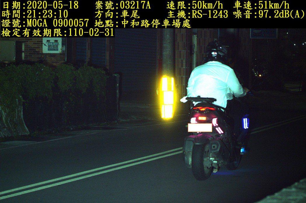 交通隊公布在中和路停車場前,實施測速、監測噪音科技執法,拍到超過噪音標準車輛照片...