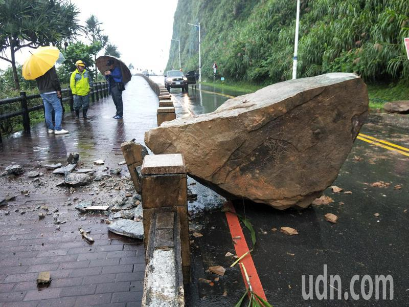 基隆市外木山湖海路二段2.7公里處 大型落石掉落。記者游明煌/攝影