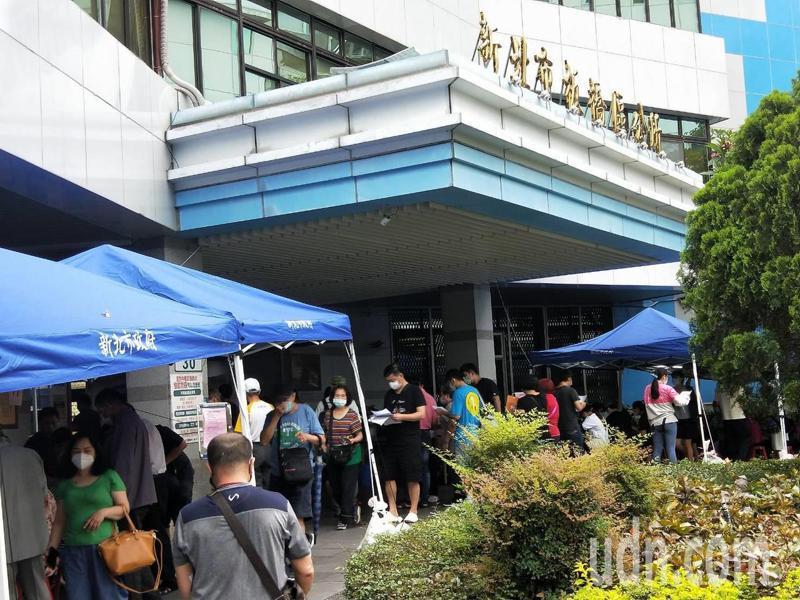 民眾在區公所前排隊詢問、等待申請紓困補助金。記者江婉儀/攝影