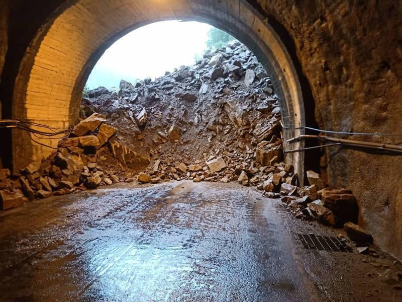 台中市和平區台8線裡冷路段,今天凌晨1時許上邊坡發生大坍方,阻斷雙向交通。圖/谷關工務段提供