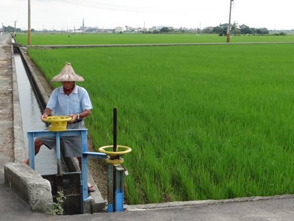 雲林農田水利會日前傳出全數解雇一百多名掌水工及用水調節工,引起基層反彈。昨傳出政策大轉彎,將全數續聘,圖為嘉南農田水利會掌水工,與新聞無關。圖/嘉南農田水利會提供