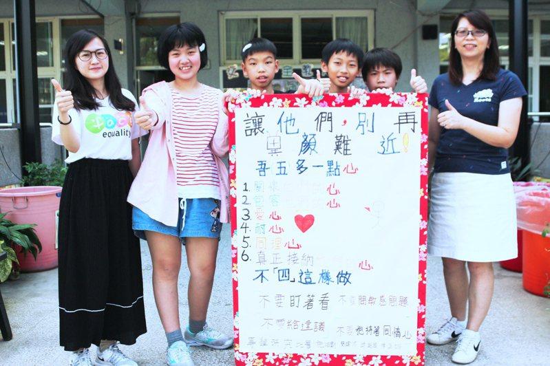 陽光基金會社教員(左1)及參與專題比賽的石門國小導師與學童。圖/石門國小提供