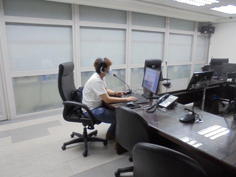 台中市警五分局辦理員警「婦幼安全工作」教育訓練,採用線上直播方式進行教育訓練。圖...