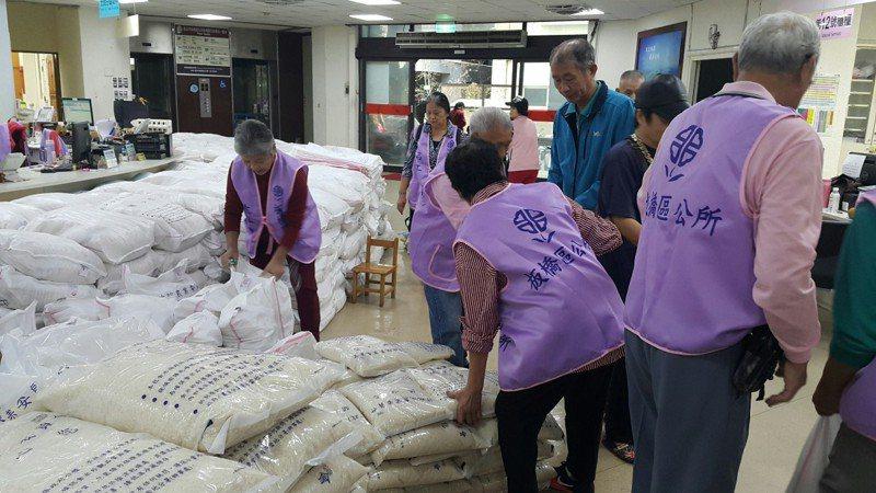 新北市板橋區公所將發放米糧給弱勢家庭,近日寄發通知單。圖/板橋區公所提供