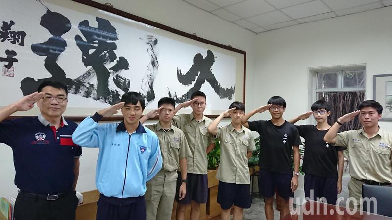 台南一中多名學生棄頂大,決定就讀軍校,校長廖財固與學生行軍禮慶祝。記者鄭惠仁/攝影