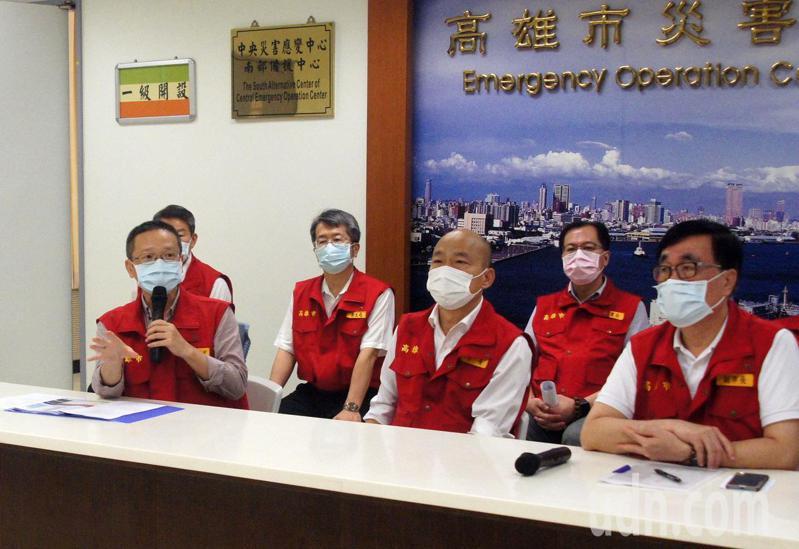 高雄市水利局長李戎威(左)今天說明七賢抽水站故障原因。高雄市長韓國瑜(中)也在應變會議提究責。記者林保光/攝影