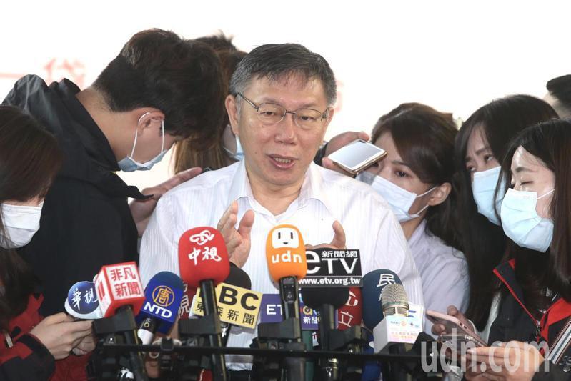 台北市長柯文哲上午參加北市南區扶輪社捐血車捐贈典禮,接受社長林寶秀等人捐贈,受訪時對於高雄罷韓,他表示事情走到這個地步,就交由市民去決定。記者曾吉松/攝影