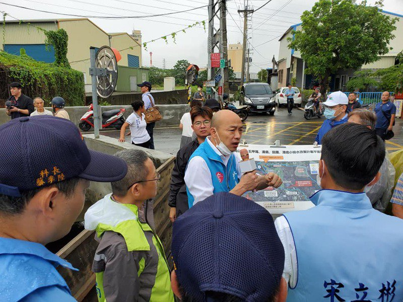 高雄市長韓國瑜今早一主持完防災應變會議,馬上轉往岡山潭底里了解排水改善狀況。記者王昭月/翻攝