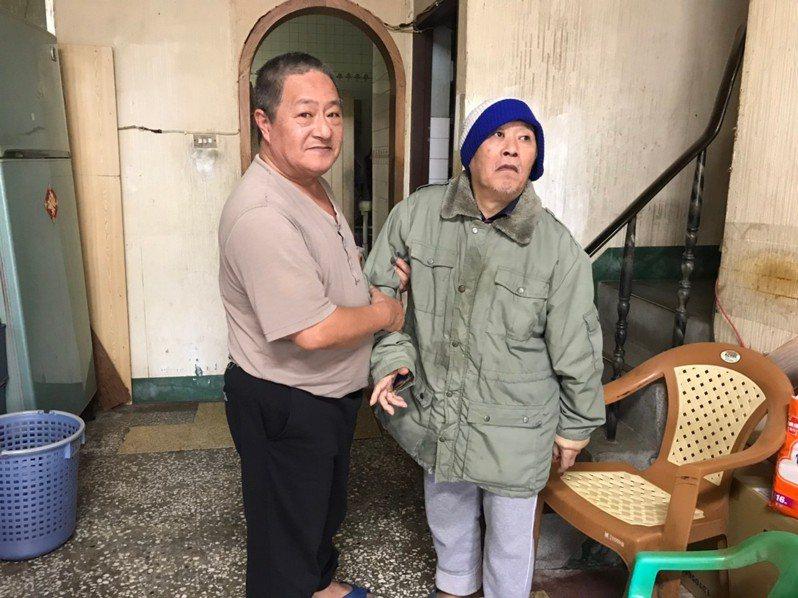 楠西區市民吳炳煌(左)獨力照顧母親及雙眼失明的大哥30多年。圖/台南市民政局提供