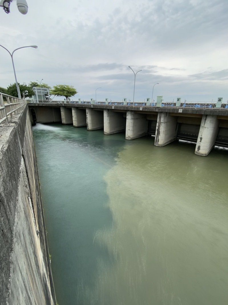 此波降雨解除旱象,但高屏溪原水濁度也因此暴升超過一萬度,啟動備援水支應。圖/南區水資源局提供
