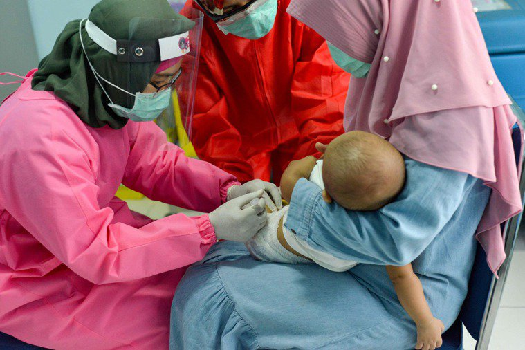 受疫情影響,全球8000萬名嬰兒的常規兒童疫苗接種計畫被打亂。法新社