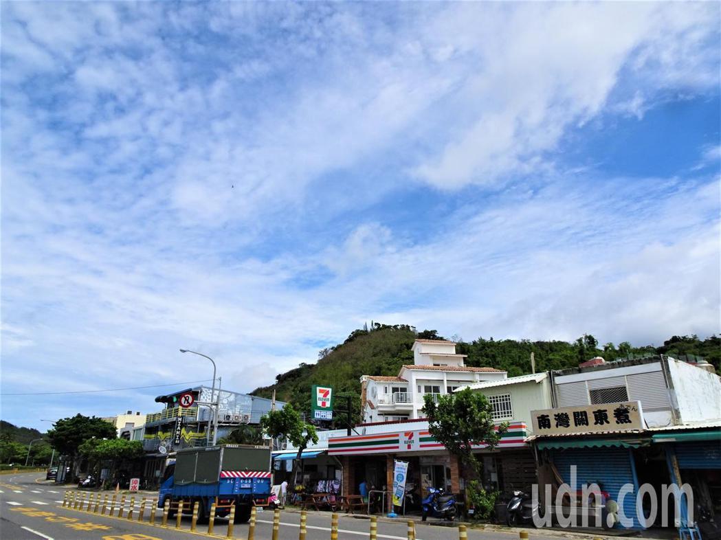 屏東墾丁今天上午多雲偶爾出現陽光,藍天白雲給人好心情。記者潘欣中/攝影