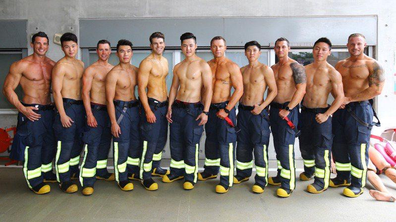 新北消防猛男月曆發行邁入第13年,但在第一屆曾試拍,消防猛男穿三角泳褲拍攝,性感爆表,但最後沒公開,成為口耳相傳的隱藏版,圖為去年與澳洲消防隊合作。圖/聯合報系資料照