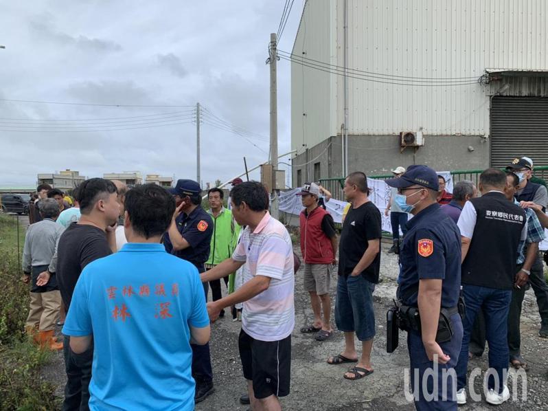 知名食品公司附設養豬場疑因排廢水被村民包圍抗議。記者蔡維斌/攝影