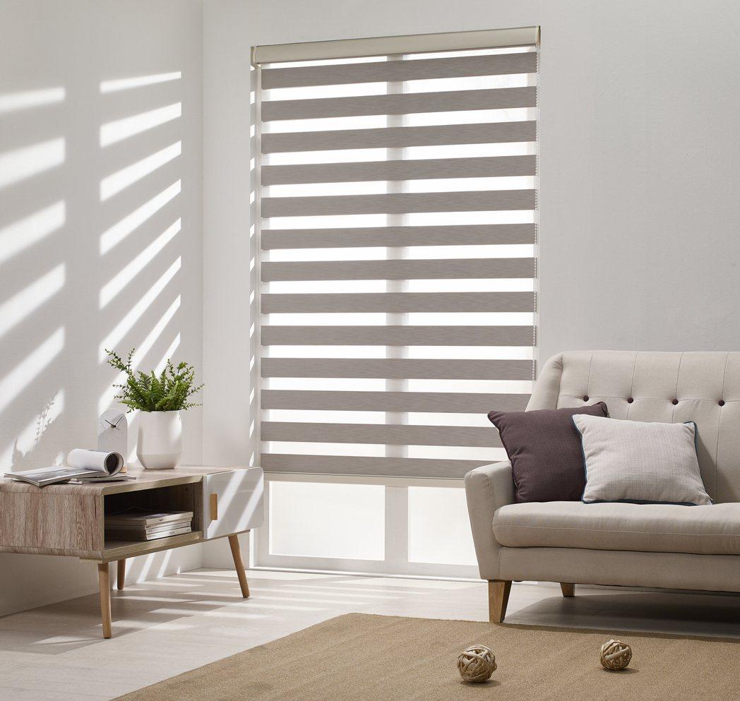 適當調控鏤空處的交疊可有效控制戶外光線的調光窗簾。圖/特力屋提供