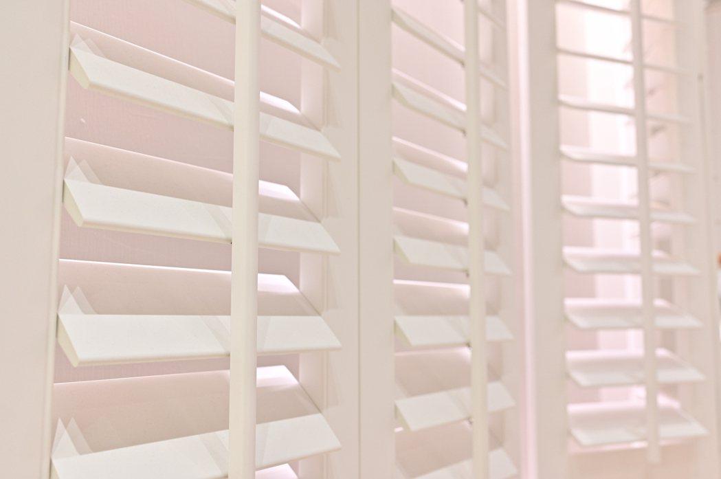 重量輕,密合度佳的塑鋁百葉窗。圖/特力屋提供