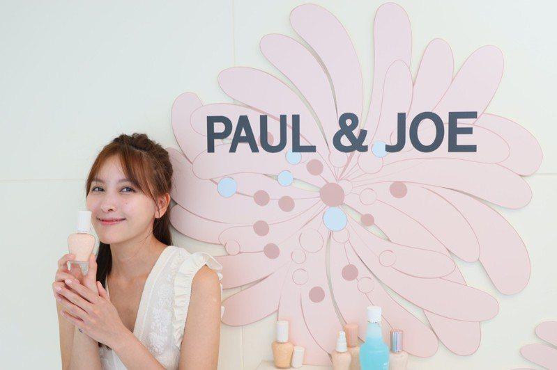 PAUL & JOE妝前#小香檳「糖瓷隔離乳」,今夏推出了防曬系列的第五代升級版新品,共有粉紅糖衣和金橙蜂蜜二色,訴求既可高效防曬抗黑,還能為肌膚奢華造光,修飾毛孔。 圖/PAUL & JOE提供