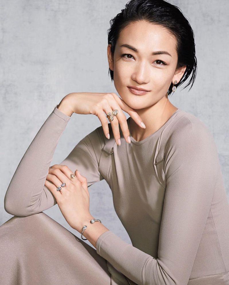 簡單的素色西裝上衣和珠寶,富永愛舉手投足皆散發強大氣場。圖 /翻攝自ig @ai_tominaga_official。
