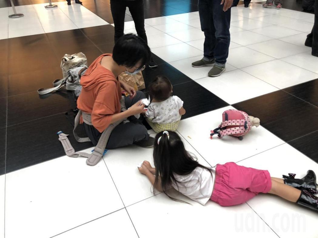 有全職媽媽帶小孩一起響應。記者曹悅華/攝影