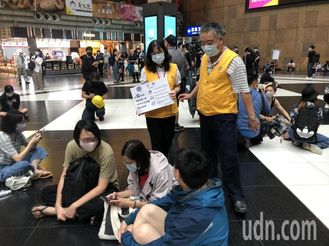 台鐵勸導民眾不要群聚。記者曹悅華/攝影