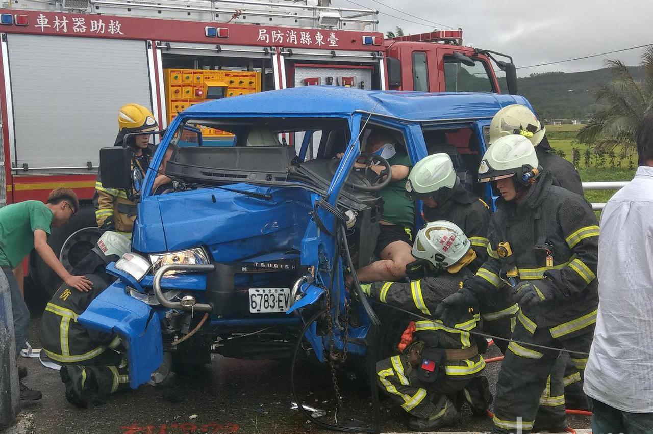 公路總局公務車台11線自撞 駕駛受傷送醫